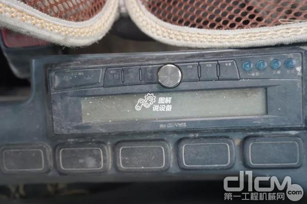 收音机藏在右侧扶手下面