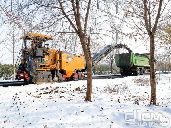 徐工XM1205F铣刨机雪天施工