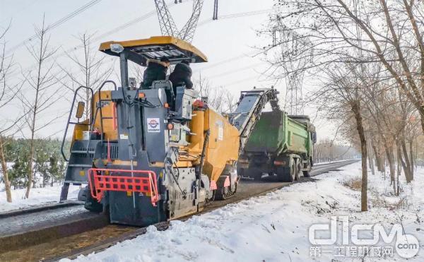 XM1205F铣刨机负责道路开挖工作