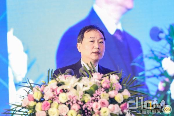 中国工程机械工业协会副秘书长王金星作工程机械行业形势及发展报告