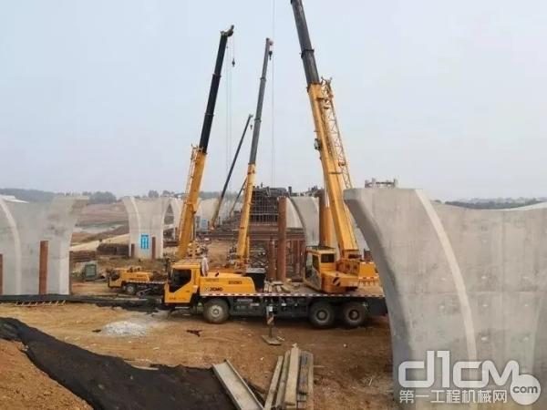 """""""人气王""""QY25K5-1持续奋战,""""扬起巨擘"""",为连接豫西南和鄂西北的河南省重点工程——新207国道,搭建邓州外环跨河大桥"""