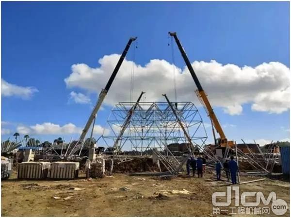 印度尼西亚卡巴那岛,4台徐工QY25K5-I汽车起重机在镍还原项目二期原料库进行网架主体安装协同吊装。
