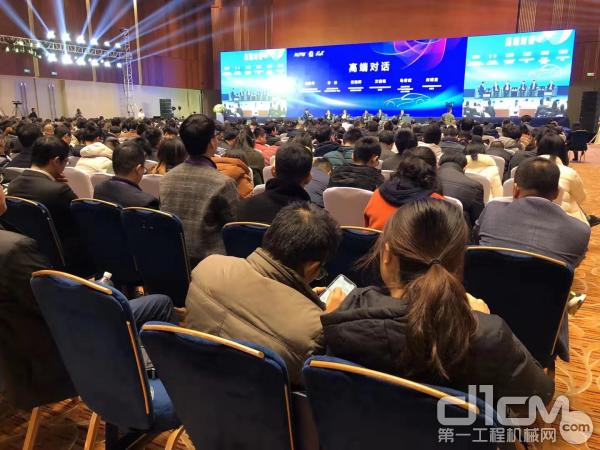 上汽紅巖樓建平出席2019未來汽車技術大會暨重慶汽車行業第32屆年會