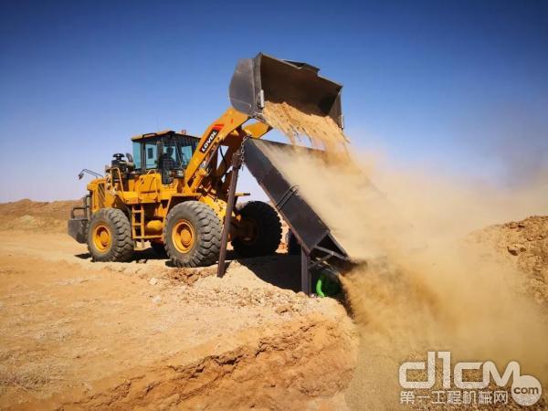 雷沃<a href=http://product.d1cm.com/zhuangzaiji/ target=_blank>装载机</a>在非洲施工