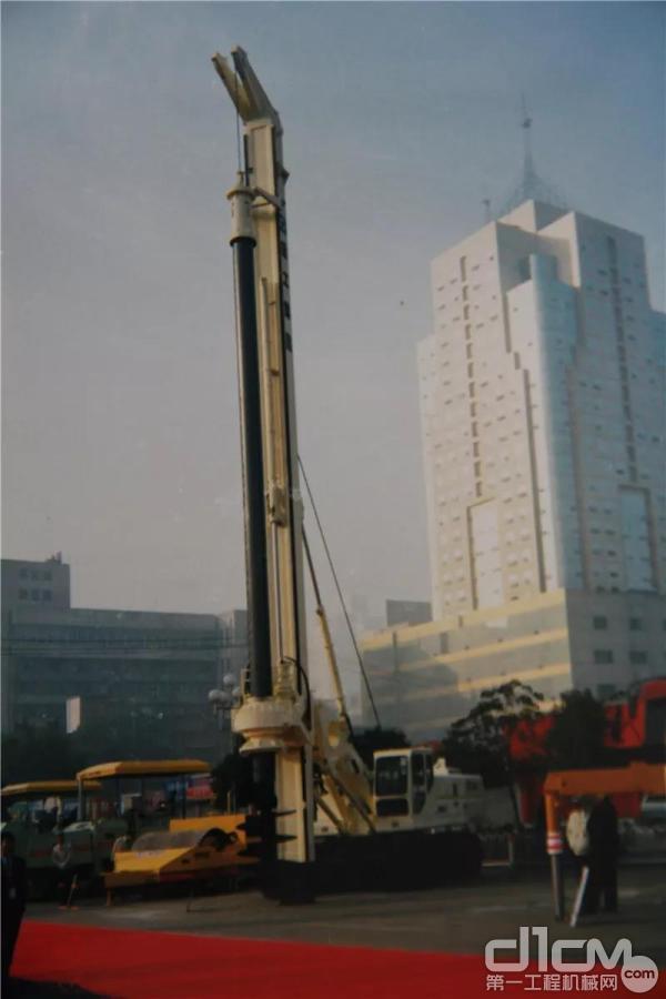 中国首台旋挖钻机--徐工KHU2000