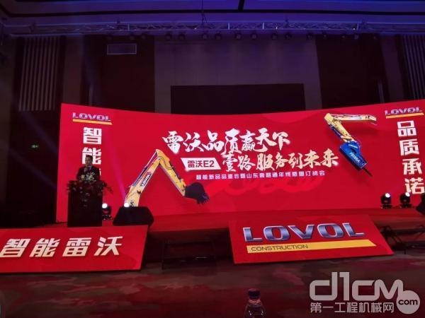 雷沃挖掘机销售高级经理陈光辉先生讲解