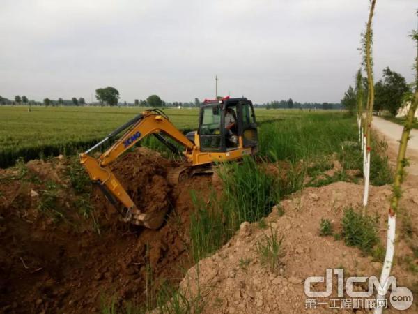 用户驾驶挖机施工