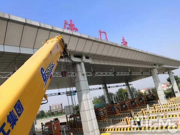 徐工随车起重机助力陕西ETC车道升级改造工程