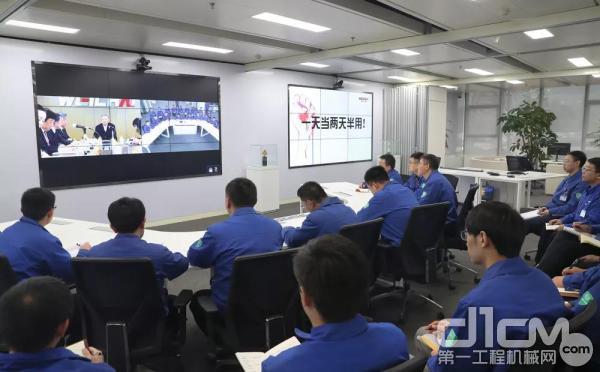 潍柴潍坊本部的博士研发团队通过<a href=http://video.d1cm.com target=_blank>视频</a>连线,同步参加活动