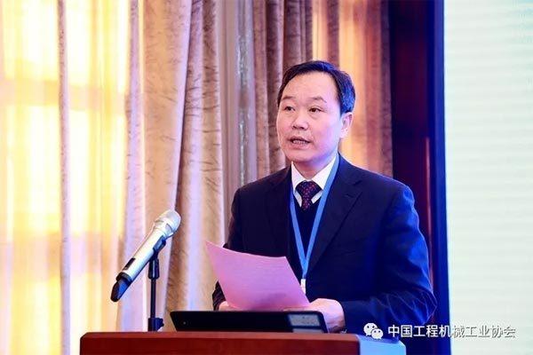 中国工程机械工业协会副秘书长 王金星 主持会议