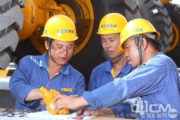 刘文生与同事交流工作