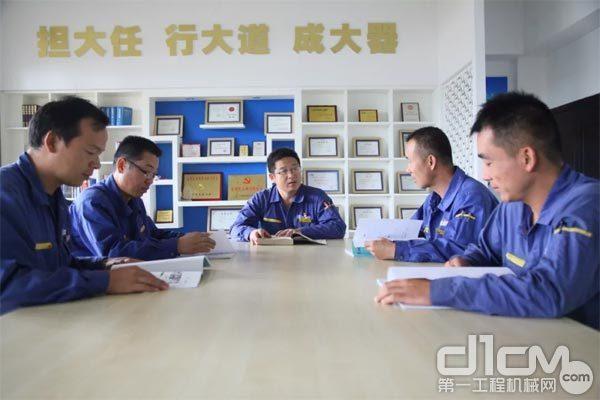 刘文生与同事探讨问题