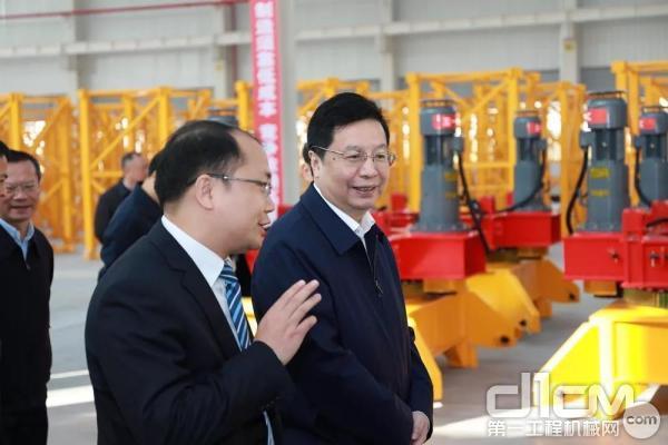 长沙市市委书记胡衡华一行参观生产车间