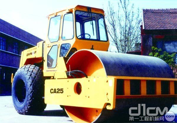 80年代徐工成功研发中国首台液压单钢轮振动压路机