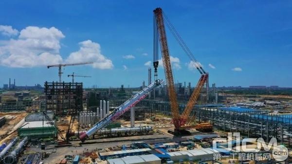 煤制氢装置第一高塔就位