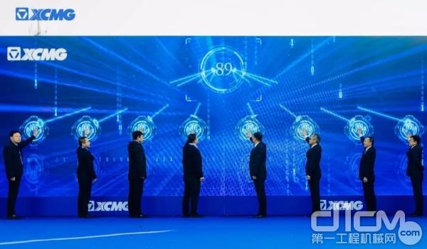 四家交付单位代表与徐工集团领导共同启动发车仪式