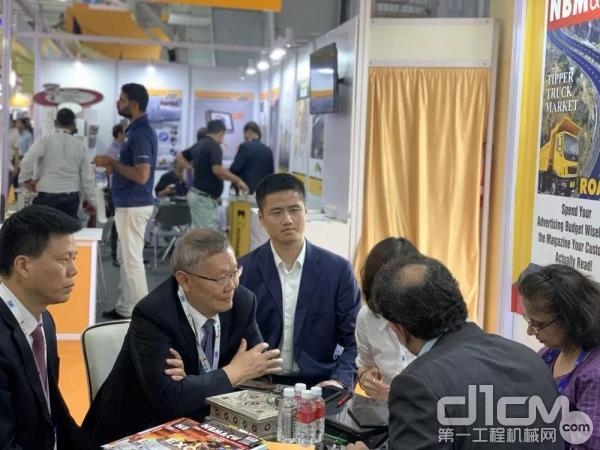 山河智能董事长何清华教授与客户交流