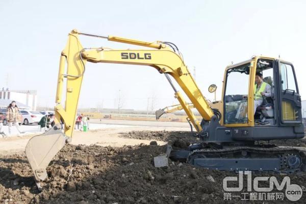 王林驾驶临工挖掘机