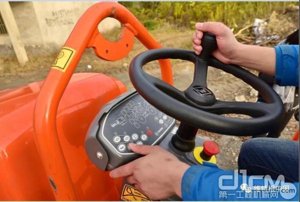 符合人体工程学的驾驶台配备直观操作的现代化仪表盘