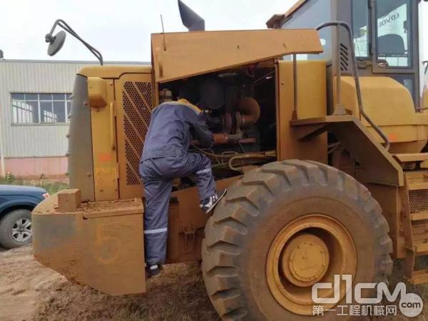 服务工程师对车辆进行故障排查