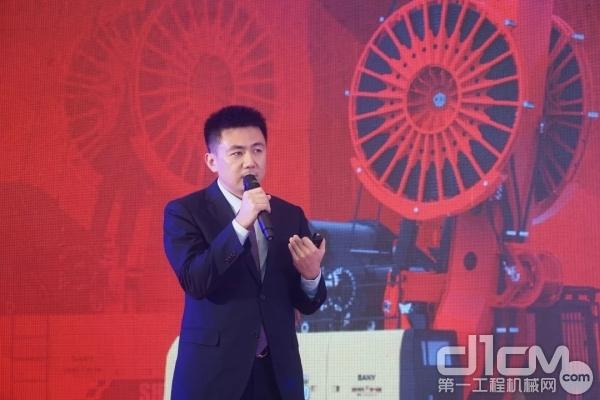 王龙刚先生为客户做新产品推介