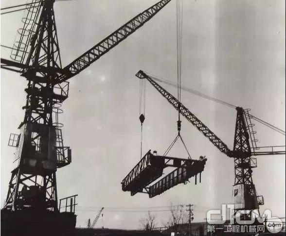 """1962年,徐工推出人称""""红旗吊""""的15t塔式起重机"""