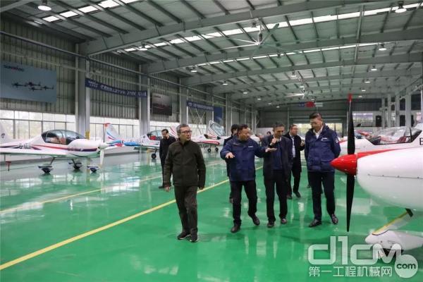 张伟涛总经理一行参观了飞机制造生产线