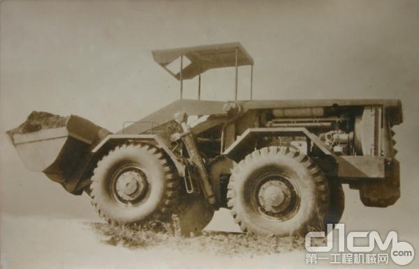 1966年,我国第一台液力传动、液压操纵的轮式装载机Z435在厦工研制成功