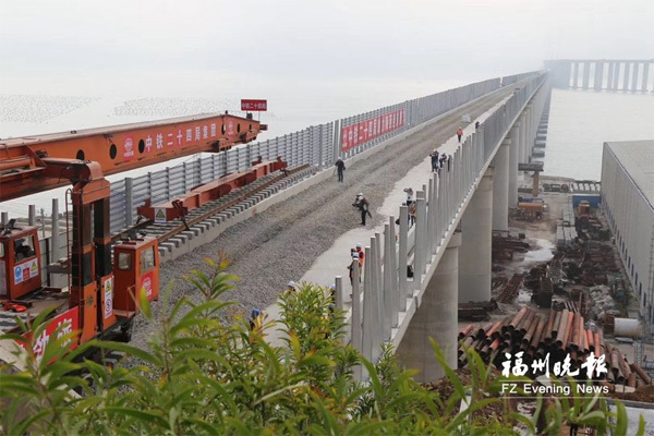 平潭海峡公铁大桥铺轨