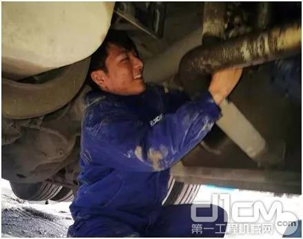詹东升在维修设备