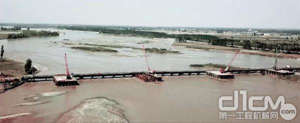 黄河上架设大桥施工现场
