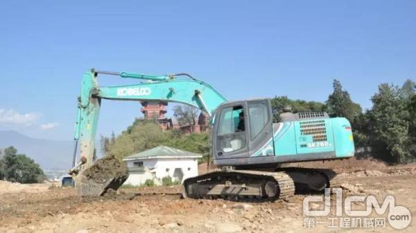 神钢挖掘机施工