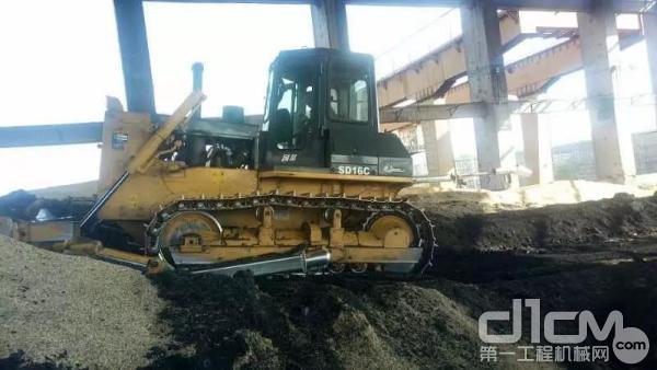 山推推土机正在推煤作业