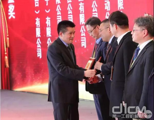 山东临工总裁于孟生为供应商颁发优秀质量奖