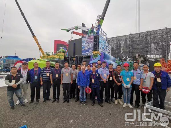 """▲湖南彩车项目组成员在""""彩车村""""朝阳体育中心合影留念"""