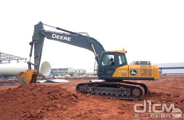 在南宁邕宁区某房地产项目工地中干活的约翰迪尔E210LC挖掘机