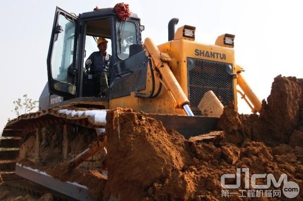 苗师傅率领山推推土机、压路机、装载机等设备转运土石近千万方
