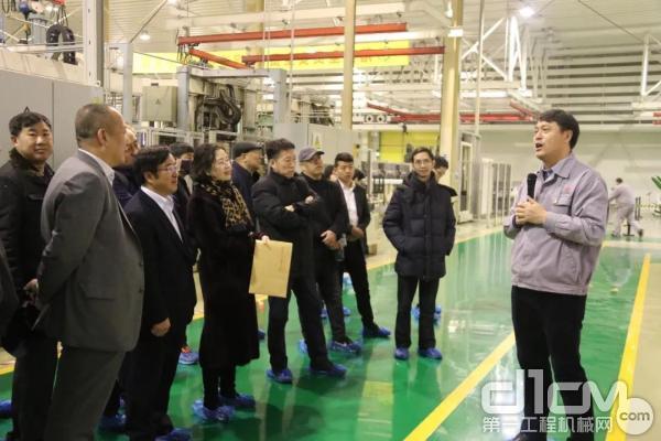 华菱星马副总经理何晓生为企业代表讲解