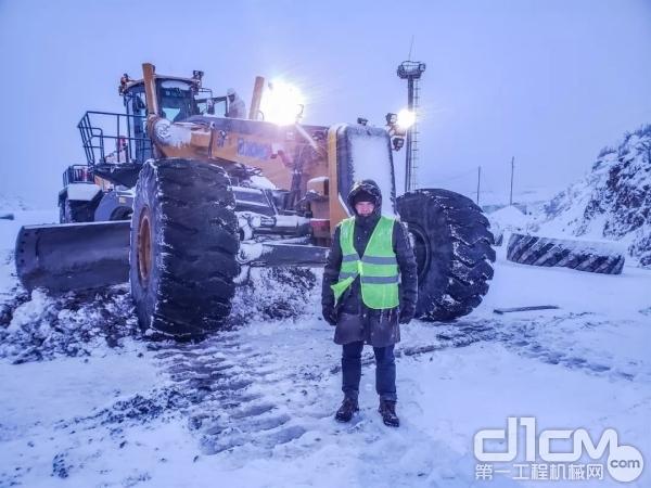 徐工矿用平地机的服务工程师在内蒙的寒风中守护设备