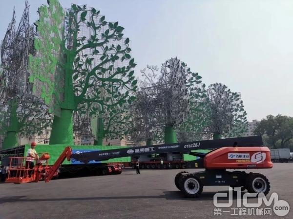 康明斯QSF系列发动机助力星邦重工28米自行走直臂式高空作业平台,安全高效地完成70周年国庆天安门广场25米高烟花树的运输、搭建、安置和维护任务。
