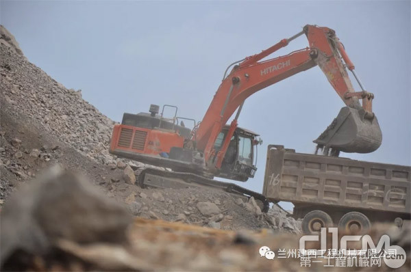 日立建机挖掘机在矿山作业
