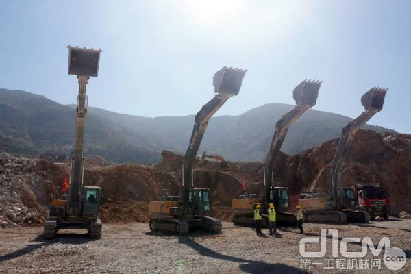 四台约翰迪尔挖掘机在大理宾川县金牛镇狮子口片区废旧矿山生态修复试点项目中施工