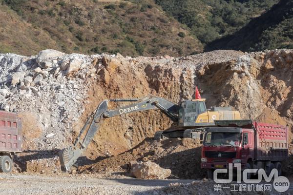 约翰迪尔E360LC挖掘机正在装车