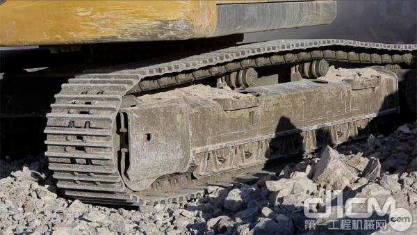 结实耐用的履带是约翰迪尔E360LC挖掘机的优势之一
