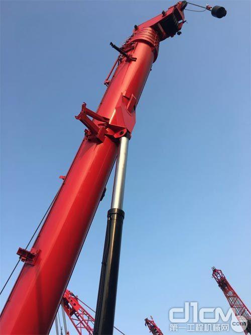 三一履带伸缩臂起重机SCC1300TB的起重臂