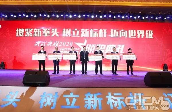 徐工挖掘机械事业部总经理宋之克为代理商单项奖颁奖