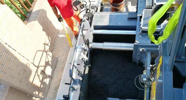 配置有可伸缩熨平板的RP903摊铺机