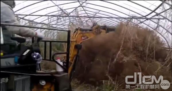 三一微挖在大棚锄草
