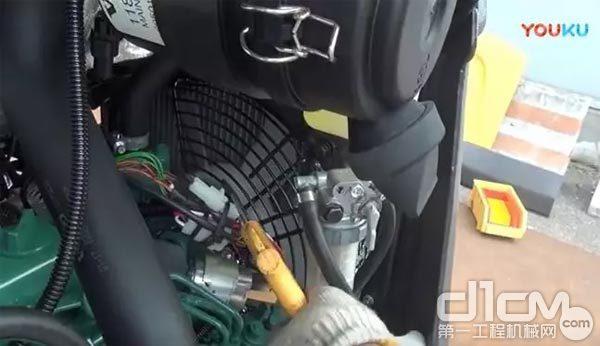 自发动机风扇侧向散热器方向进行吹扫作业