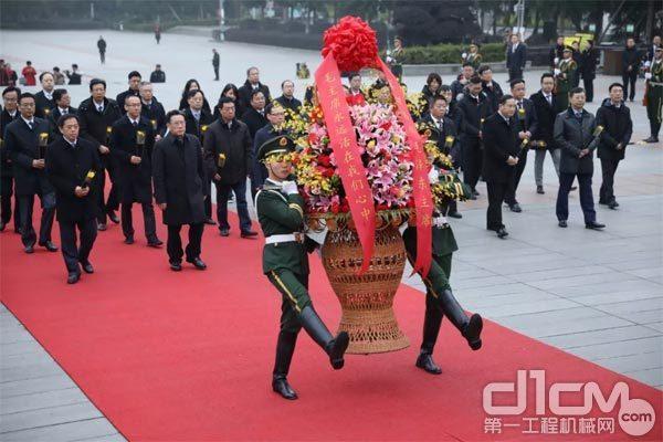 铜像广场,三一高管集体向毛主席铜像敬献了花篮